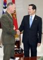 米軍制服組トップと握手