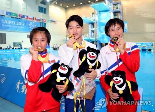 금메달 3개 들고 미소 지은 다이빙 '남북 3남매'