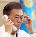 Moon dialoga con el primer ministro japonés