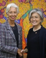 La canciller surcoreana con la jefa del FMI