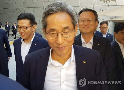 '설문조사 사측 개입' 주장한 KB노조, 윤종규 회장 고발