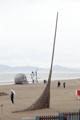 砂浜に巨大ほうき