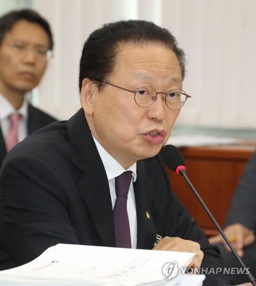 """'채용비리' 수사에 최흥식 금감원장 """"정비방안 조속히 마련"""""""