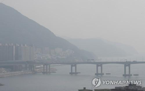 """""""전국 숨 막히는 하루""""…늦더위에 미세먼지까지 '짜증'"""
