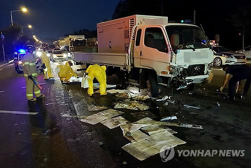 사고 트럭 적재함에서 경유 유출…방제 작업