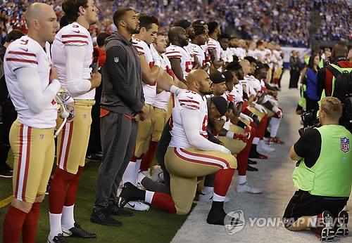 트럼프 강제기립 압박에도…NFL, 사실상 무릎꿇기 허용