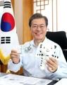 Moon firma un billete conmemorativo de PyeongChang