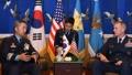 El jefe de la Fuerza Aérea surcoreana con un comandante estadounidense