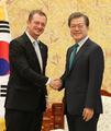 IPC会長と握手