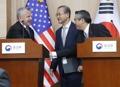 3カ国協議終え笑顔で握手
