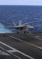 空母に着陸する米戦闘機
