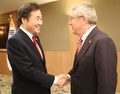 IOC会長と握手