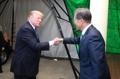 固い握手で国賓を歓迎