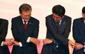 手を取り合う韓日首脳