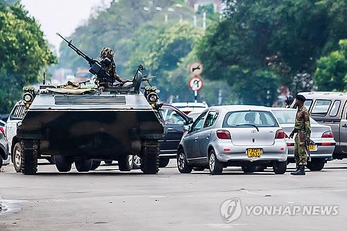 """EU, '사실상 軍쿠데타' 짐바브웨 사태에 """"평화적 해결"""" 촉구"""
