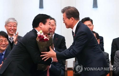 """홍종학 임명에 與 """"당연한 결정"""" vs 野 """"오기정치"""""""