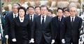 الرئيس مون يزور قبر الرئيس الأسبق كيم يونغ-سام