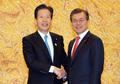 الرئيس مون يصافح زعيم حزب كوميتو الياباني