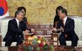 الرئيس مون يجري لقاء قمة مع نظيره الأوزبكي