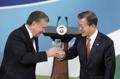 الرئيس الكوري الجنوبي يتبادل النخب مع نظيره الأوزبكي