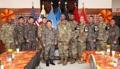 El comandante estadounidense Brooks con soldados surcoreanos