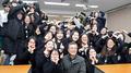 الرئيس مون في صورة جماعية مع طلبات في المرحلة الثانوية