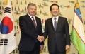 رئيس الجمعية الوطنية يصافح رئيس أوزبكستان