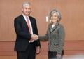 وزيرة الخارجية تصافح المدير العام للمعهد العالمي للنمو الأخضر