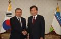 رئيس الوزراء يصافح رئيس أوزبكستان