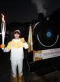 La antorcha olímpica en una locomotora de vapor