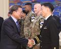 亡命北朝鮮兵の担当医らを激励