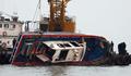 転覆した釣り船引き揚げ