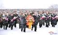 Los líderes del partido norcoreano rinden tributo a sus exlíderes