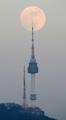 La superluna en la torre de Namsan