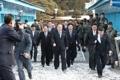 軍事境界線越える北朝鮮代表団