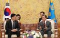 Moon meets Mongolian PM