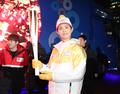 الممثل بارك بو-غوم يشارك في نقل الشعلة الأولمبية