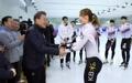 الرئيس مون يشجع الرياضيين للتزلج على مسار قصير