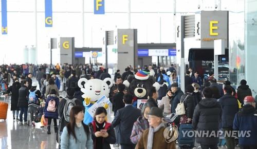 수호랑·반다비, 인천공항 제2여객터미널 첫 손님맞이
