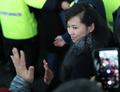 رئيسة فريق المقدمة الكوري الشمالي تحي سكان كانغ رونغ بابتسامة