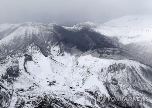 日군마서 화산 분화…스키장 지붕·곤돌라에 돌덩이가 '쾅'(종합)
