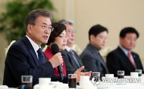 문 대통령-민주 원내지도부, 오찬서 '개헌·민생과제' 협력 다짐