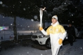 Un taekwondoïste porte la flamme olympique