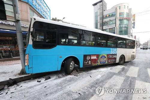 제주서 빙판길에 버스 미끄러져 1명 중상·11명 경상