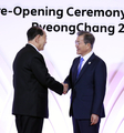 文大統領 北朝鮮の金永南氏と握手