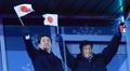 国旗を振る安倍首相