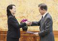 La hermana del líder norcoreano con el presidente surcoreano
