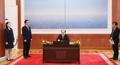 Kim Yong-nam signe un livre d'or