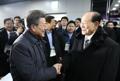 El presidente Moon y el jefe de la delegación norcoreana