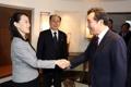 Poignée de main PM-Kim Yo-jong